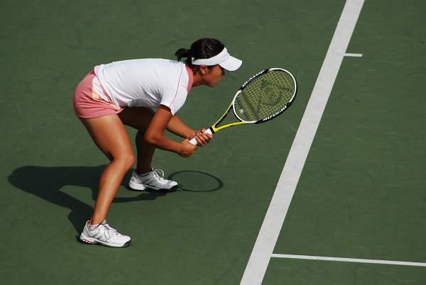 女子シングルスで優勝した奈良くるみ選手 低い姿勢で構えるのはいいんですが、後ろの線審までが同じポ